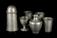 Set of tin dishes []