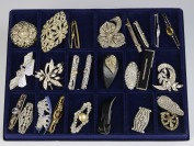 Collection of rhinestone brooches - 26 pieces []