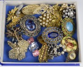 Collection of brooches - 24 pieces []