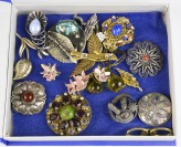 Collection of floral brooches - 17 pieces []