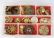 Collection of brooches - 16 pieces []
